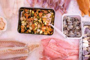 Verschiedene Fische und Garnelen in der Auslage der Fischtheke