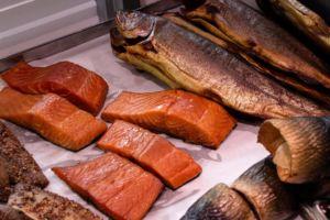 Geräucherte Fische in der Auslage