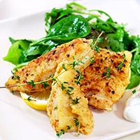 Gebratener Schellfisch mit Salat und Zitrone