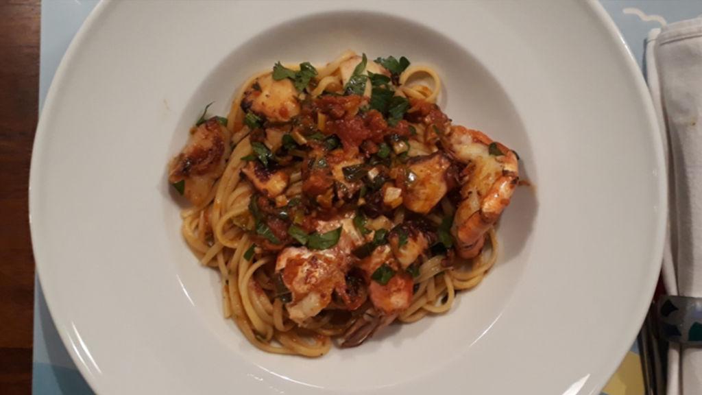 Pasta mit Meeresfrüchten und Tomatensauce