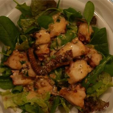 Grüner Salat mit gegrilltem Oktopus und einer Salatsoße